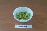 Шаг 1. Авокадо помыть, очистить от кожуры и косточки и нарезать кубиками.
