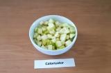 Шаг 1. Яблоко помыть, нарезать кубиками.
