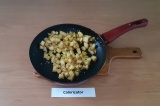 Шаг 2. Масло Гхи растопить на сковороде, обжарить яблоки с семенами кунжута