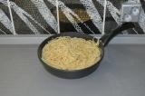 Шаг 4. Добавить спагетти к соусу и потомить в течение 3 минут под крышкой на мед