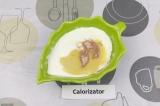 Шаг 3. К йогурту добавить горчицу и черную соль. Еще раз все хорошо перемешать.