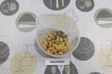Шаг 2. Выложить все ингредиенты в чашу блендера.