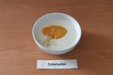 Шаг 9. В кефир добавить яйца, измельченный чеснок и специи.
