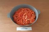 Шаг 6. Сверху уложить нарезанный помидор.