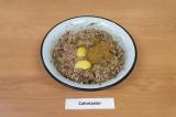 Шаг 6. Добавить яйца, специи и измельченный чеснок, хорошо перемешать.