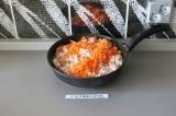 Шаг 5. Добавить к индейке лук и морковку. Потушить 7 минут.