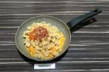 Шаг 6. Добавить соевый фарш, томаты и специи. Тушить 15 минут.