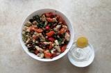 Шаг 3. Смешать все ингредиенты в салатнике, заправить сметаной с лимонным соком.