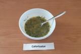 Шаг 3. Добавить зелень к яичной смеси, вылить на сухую сковороду, накрыть крышко