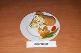 Готовое блюдо: яичный рулет с сыром и зеленью