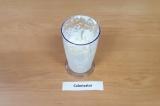 Шаг 3. Творог взбить с йогуртом и сахарозаменителем.