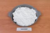 Шаг 7. Сверху выложить взбитые белки. Выпекать в духовке 30-35 минут при темпера