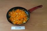 Шаг 5. Пассеровать овощи на антипригарной сковороде с небольшим количеством воды