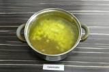 Шаг 3. Бульон влить в кастрюлю, добавить картофель и чечевицу, варить 15 минут