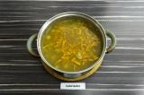Шаг 6. Добавить морковь в суп и варить еще 5-7 минут.