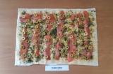 Шаг 6. На рыбу выложить нарезанные оливки.