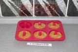 Шаг 5. Разложить тесто в формочки и поставить в духовку при 170 градусах на 10 м