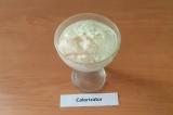 Шаг 5. В креманку по очереди выкладывать по ложке каждого мороженого, пока полно