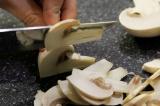 Шаг 1. Нашинковать грибы произвольно.