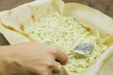 Шаг 6. На лаваш выложить сначала творожную начинку.