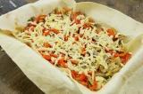 Шаг 7. Сверху на творог обжаренные овощи и тертый сыр.