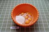 Шаг 1. Соединить все яйца с сахаром и ванильным сахаром.