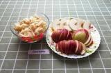 Шаг 4. 3 яблока нарезать кубиками, а одно дольками.