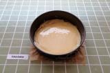 Шаг 5. На дно формы для выпечки выложить часть теста.