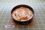 Шаг 8. Яблоко, нарезанное пластинками выложить в форме розы.