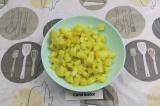 Шаг 1. Картофель нарезать кубиками и смешать с маслом.