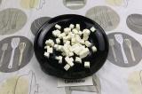 Шаг 5. Фетаксу нарезать кубиками.