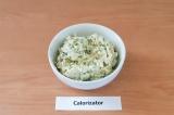 Шаг 5. Соединить яйцо, сыр и зелень, добавить заправку, соль, хорошо перемешать.