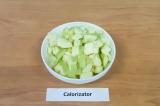 Шаг 1. Яблоки нарезать кубиками.