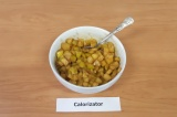 Шаг 4. Влить полученную смесь в горячие яблоки, перемешать и дать постоять 5-7 м