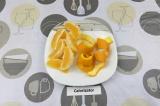 Шаг 1. Снять цедру одного апельсина, очистить его и разделить на дольки.