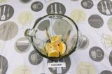 Шаг 3. Выложить в чашу блендера апельсиновые дольки. Если попадаются косточки