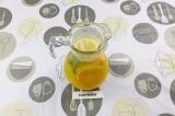 Шаг 5. В кувшин выложить лед, нарезанный апельсин, веточку мяты и влить сок.