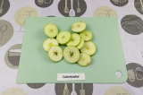 Шаг 1. Нарезать яблоки.