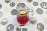 Шаг 4. В кувшин влить процеженный напиток, добавить лёд и дольки яблок по желани