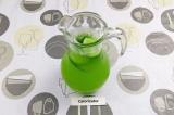 Шаг 6. В кувшин влить огуречно-лимонный сок, добавить лёд и воду. По желанию укр