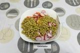 Шаг 5. Все ингредиенты смешать в салатнике. Заправить, подсолить по вкусу.