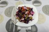 Готовое блюдо: красный салат с горошком