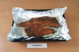 Шаг 4. Противень выстелить фольгой, с рыбы снять лишний маринад, уложить на прот