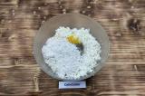 Шаг 2. Добавить к натертой капусте яйца, соль, перец и муку.
