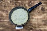Шаг 4. Выложить тесто в смазанную маслом сковороду.