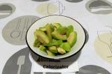 Шаг 4. Очистить авокадо и нарезать крупно.