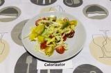 Готовое блюдо: картофельный салат с авокадо и черри