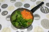 Шаг 4. Пассеровать морковь и шпинат 5 минут.