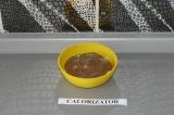 Шаг 7. Поверх полить карамелью украсить ягодами и орехами.