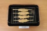 Шаг 5. Сформировать котлетки, насадить на деревянные шпажки, поставить в духовку